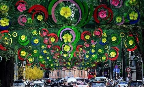 Nhiều ý kiến cho rằng đèn trang trí Tết năm nay ở Sài Gònquá lòe loẹt và thi công cẩu thả. (Ảnh: internet)