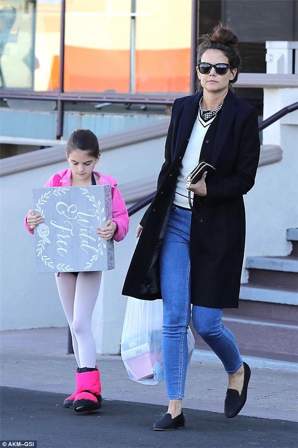 Trong hình ảnh mới nhất khi đi mua sắm cùng mẹ, Suri Cruise cho thấy cô bé sở hữu đôi chân thon dài dù mới 10 tuổi.