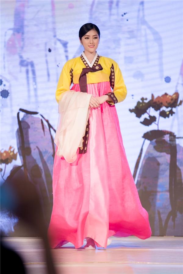 Huỳnh Tiên bất ngờ đổi trang phục truyền thống với Miss Korea - Tin sao Viet - Tin tuc sao Viet - Scandal sao Viet - Tin tuc cua Sao - Tin cua Sao