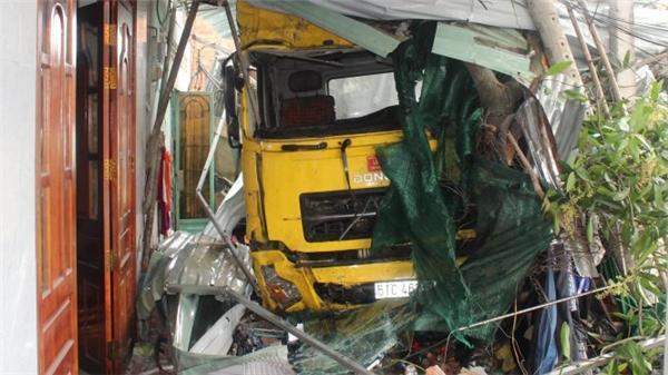 Chiếc xe tông sập một phần căn nhà của anhCường.(Ảnh: Internet)