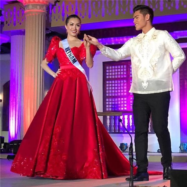 Lệ Hằng diện bộ váy xòe ngọt ngào với sắc đỏ làm chủ đạo. Bộ trang phục vô cùng phù hợp với sắc vóc của người đẹp gốc Đà Nẵng. Trong đoạn clip livestream về buổi trình diễn, đại diện Việt Nam cũng được khán giả Philippines ủng hộ hết mình.