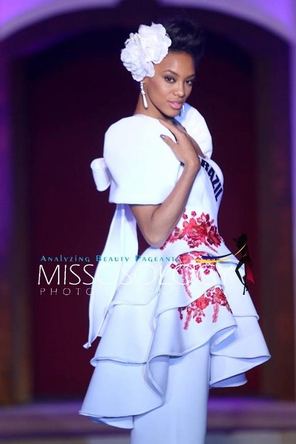 Hoa hậu Brazil ngọt ngào nhưng không kém phần gợi cảm với thiết kế màu trắng, họa tiết hoa màu hồng ngọt ngào. Đây là một trong những ứng cử viên mạnh nhất của khu vực châu Mỹ.