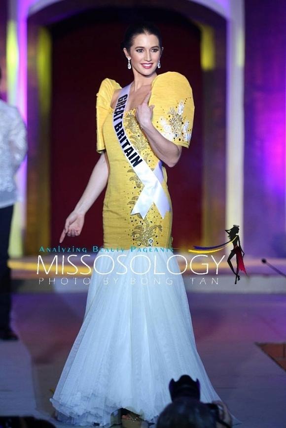 Hoa hậu Anh diện thiết kế màu vàng rực rỡ.