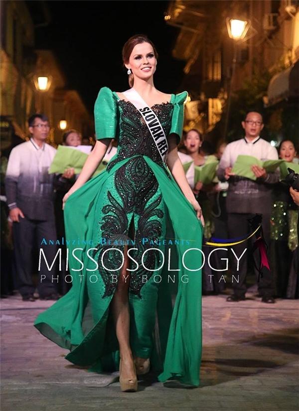 Hoa hậu Cộng hòa Slovakia Zuzana Kollárová cuốn hút với thiết kế màu xanh lá nổi bật, xu hướng màu sắc chủ đạo của năm 2017.