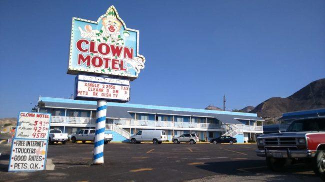 Thuộc sở hữu của đôi vợ chồng Bob và Deborah Perchetti, khách sạn toàn hề này đã hoạt động suốt… 20 năm nay!
