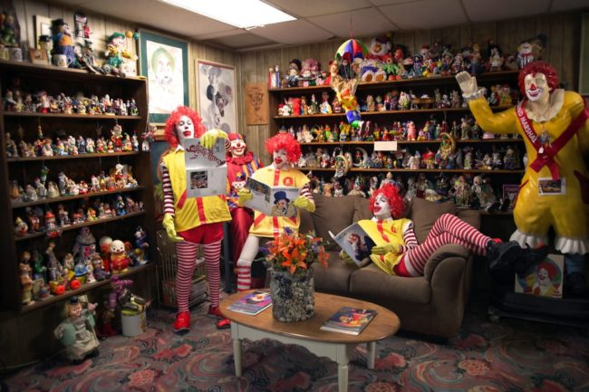 Tuy có lối trang trí kì lạ và có phần đáng sợ nhưng cung cách phục vụ khách tận tình, chu đáo và thân thiện như người nhà của Clown Motel đã làm nhiều khách cực kì hài lòng.
