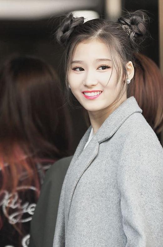 Cô nàng Sana cũng không bỏ lỡ trào lưu này. Với kiểu tóc búi, Sana trông duyên dáng và tinh nghịch hơn rất nhiều.
