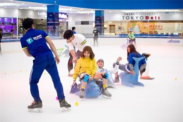 Nếu bạn cảm thấy trượt băng thật khó, tại sao lại không thử di chuyển trên băng bằng những chú hải cẩu đáng yêu này nhỉ?