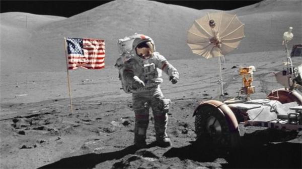 Gene Cernan cùng một phi hành gia khác lưu lại trên Mặt Trăng 3 ngày và tiến hành nhiệm vụ nghiên cứu, thăm dò. (Ảnh: internet)