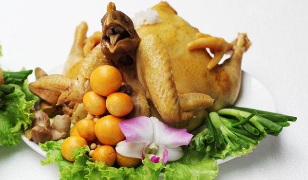 Bí quyết luộc gà ngon là hãy cho một ít hành tím lnướng cùng chút muối vào nước luộc gà.