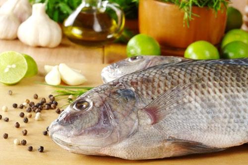 """Dùng nước muối để rửa hay dùng muối hột xát lên cá có tác dụng """"đánh bay"""" mùi tanh từ cá."""