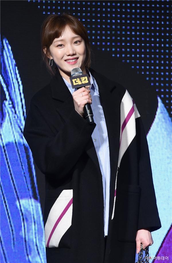 """Nhờ hiệu ứng tích cực của Tiên nữ cử tạ, Lee Sung Kyung trở thành khách mời được chú ý tại buổi công chiếu. Cô nàng xuất hiện trong trang phục đơn giản nhưng lại """"đốn tim"""" mọi người bằng vẻ ngoài xinh đẹp và biểu cảm vô cùng đáng yêu. """"Gà cưng"""" nhà YG một mình """"cân"""" cả dàn mĩ nhân cùng có mặt tối qua."""