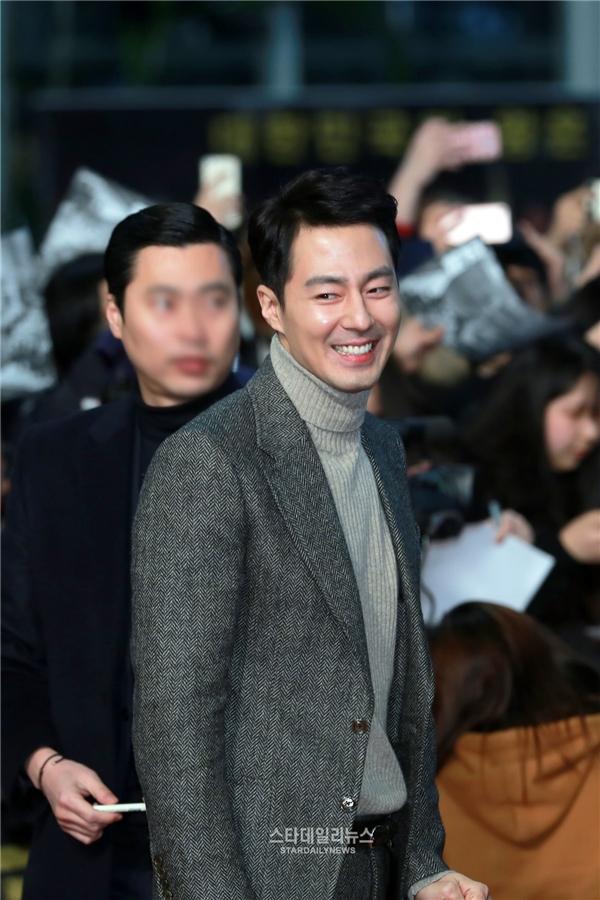 """Sự trở lại của Jo In Sung sau nhiều năm vắng bóng màn ảnh khiến khán giả vô cùng phấn khích. Bên cạnh khả năng diễn xuất tuyệt vời, vẻ ngoài điển trai và bảnh bao chính là """"vũ khí"""" giúp anh lôi kéo khán giả nữ đến với The King."""