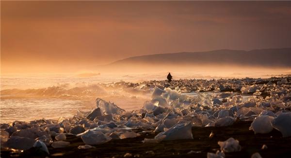 Đầm phá sông băng Jokulsarlon ở Iceland gây choáng ngợp với du khách bằng những tảng băng đa sắc tuyệt đẹp. Đây là một phần của dòng sông băng Breidamerkursandi có chiều dài 1500m.