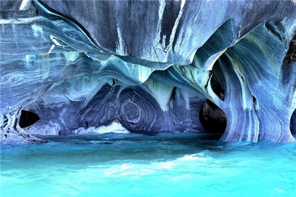 Vẻ huyền ảo trong hang động cẩm thạchPatagonia nằm giữa biên giới Argentina và Chile. Đây được xem là một trong những quần thể hang động đẹp nhất thế giới.