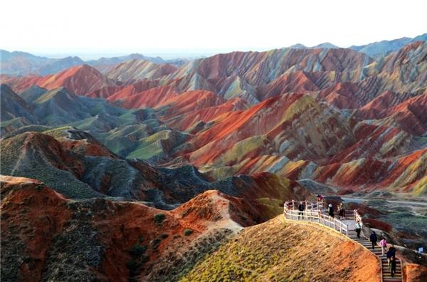Núi đá cầu vồng tại công viên địa chất Zhangye tọa lạc ở tỉnh Cam Túc ở phía Tây Bắc của Trung Quốc và có chiều rộng 518km. Những dãy núi trùng điệp mang màu sắc cầu vồng tại đây là một kỳ quan địa chất của thế giới.