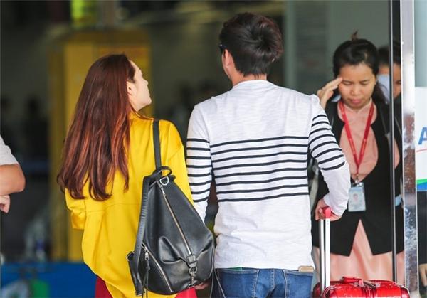 Hồ Quang Hiếunắm chặt tay, đích thân tiễnbạn gái ra sân bay đi nước ngoài. - Tin sao Viet - Tin tuc sao Viet - Scandal sao Viet - Tin tuc cua Sao - Tin cua Sao