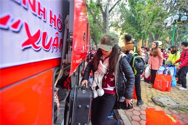 Ngoài hỗ trợ miễn phí các chuyến xe về địa phương, đến với chương trình các bạn sinh viên còn được Ban Tổ chức trao quà tặng, phong bao mừng tuổi và phần quà mang hương vị Tết cổ truyền dân tộc.