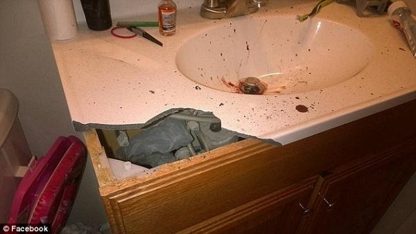 Tai nạn làm vỡmột mảng gạch của bồn rửa mặt.