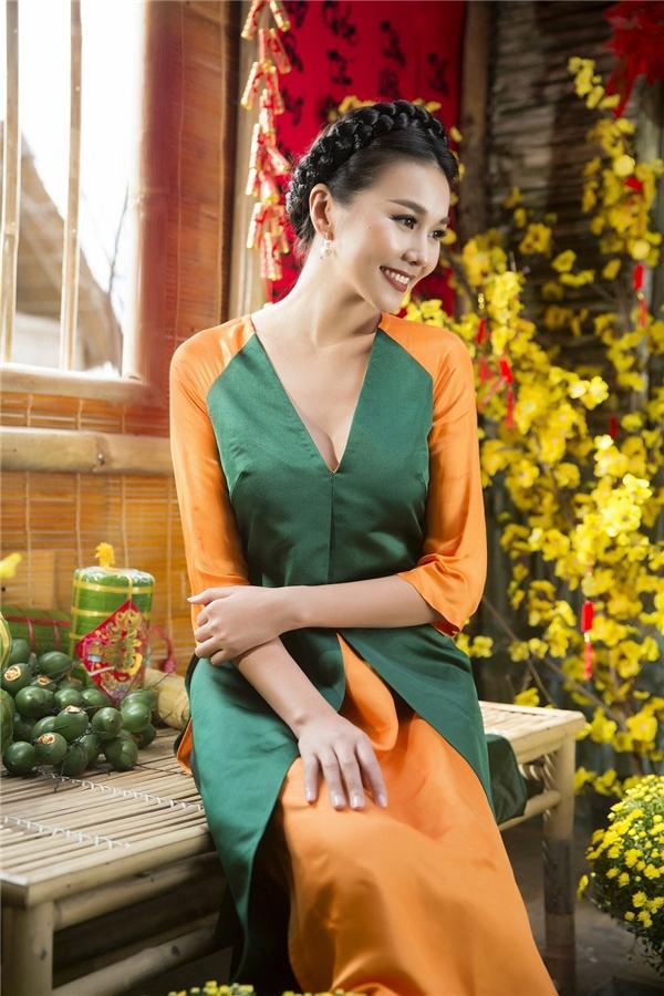 Điểm nổi bật trong thiết kế này chính là phần thân trước của áo được xẻ sâu táo bạo, khoe vẻ đẹp quyến rũ của người phụ nữ hiện đại. Bên cạnh đó, bộ trang phục kết hợp hai màu đối lập nhưng tổng thể vẫn bắt mắt, nổi bật.