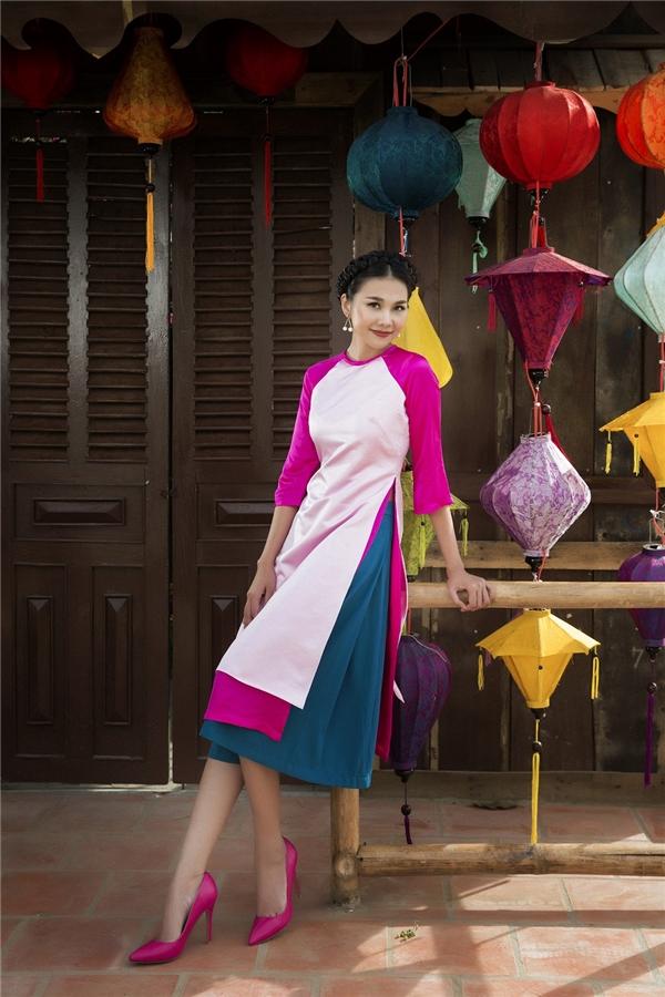 Cách phối màu tinh tế tôn lên vẻ rạng rỡ cho siêu mẫu Thanh Hằng trong những ngày đầu Xuân. Bộ trang phục kết hợp cùng giày cao gót màu hồng giúp tổng thể thêm phần trẻ trung.