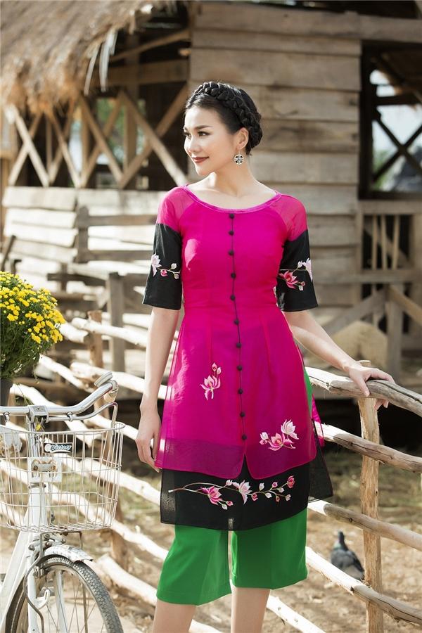 Bộ trang phục tạo ấn tượng với ba gam màu hoàn toàn đối lập: hồng, đen và xanh lá cây. Tuy nhiên với cách xếp layer tinh tế, tổng thể bộ trang phục trông ngọt ngào, nổi bật và cuốn hút. Tay áo còn được cách tân kết hợp hai tông màu, họa tiết được in sắc nét.