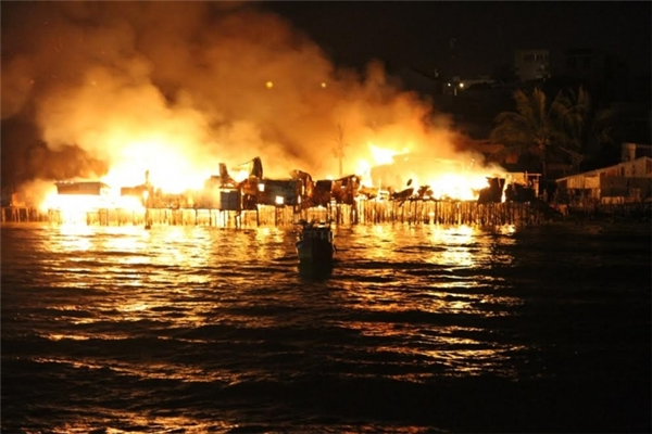 Hiện trường vụ cháy kinh hoàng khiến 70 ngôi nhà bị thiêu rụi ở Nha Trang tối 17/1. Ảnh: AHC.