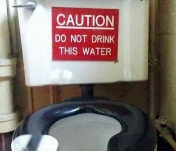 Không được uống nước bồn cầu