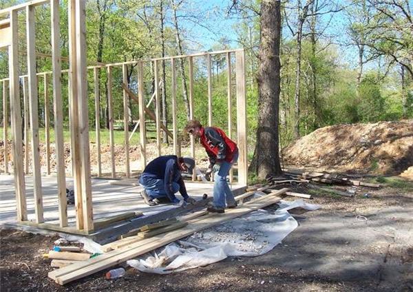 Họ tìm hiểu làm thế nào để xây dựng một khung nhà tổng thể: Làm thế nào để đổ bê tông; Làm thế nào để xây gạch; Làm thế nào để phối hợp?