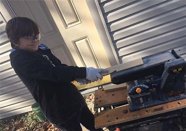 Quá siêu: Mẹ đơn thân tự xây nhà cực đẹp theo... video trên mạng!