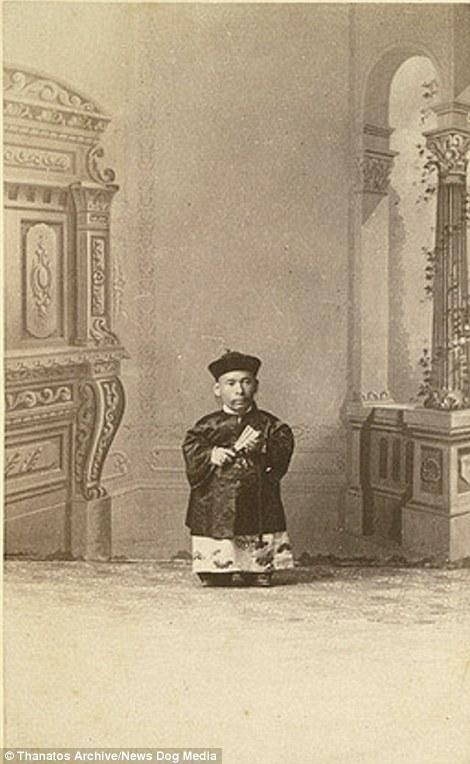 """""""Người lùn Trung Hoa"""" là biệt danh của người đàn ông tên Che-Mah với chiều cao 71,12cm."""