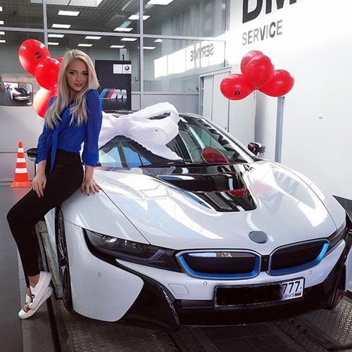 Hot girl tạo dáng bên siêu xe bạn trai tặng.