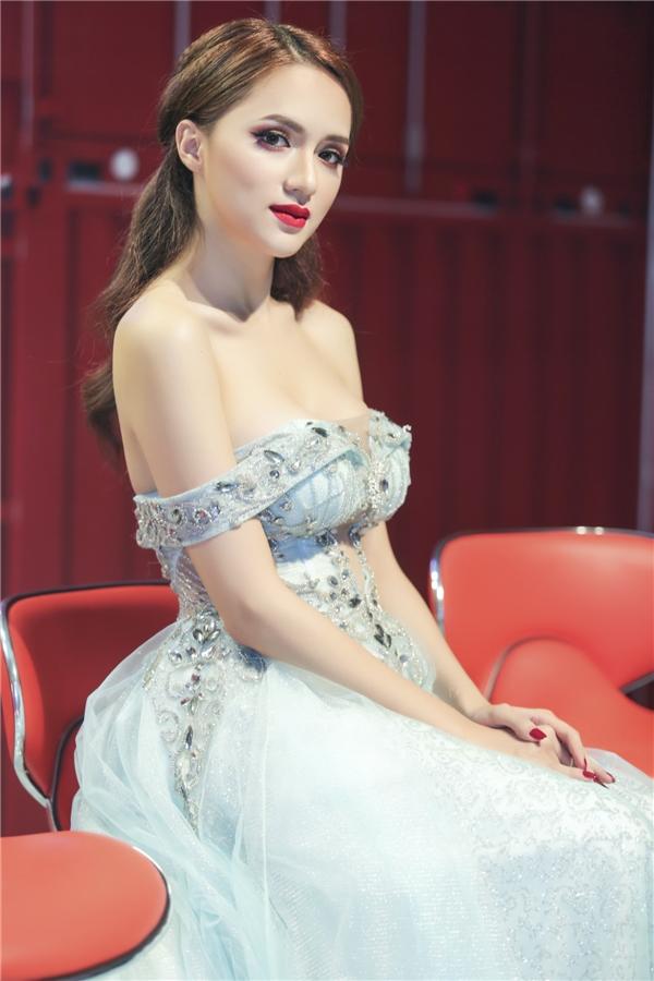 """Xuất hiện tại một buổi ghi hình,Hương Giang Idol diện trong chiếc váy """"trễ nải"""", khoe vai trần nuột nà cùng vòng một sexy."""