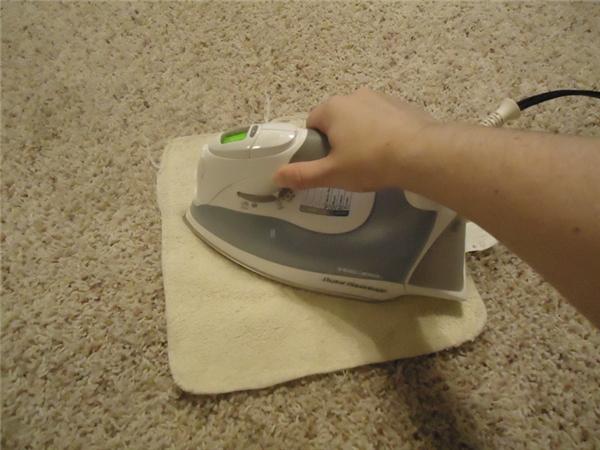 Lau sạch vết bẩn bám trên thảm: Hòa tan giấm trắng vào nước theo tỷ lệ 1:2. Nhúng một chiếc khăn vào hỗn hợp này rồi phủ lên vết bẩn trên thảm. Sau đó, đặt chiếc bàn ủi đang nóng lên mặt khăn rồi để yên trong 30 giây. Vết bẩn sẽ bị đánh bật ra khỏi thảm.