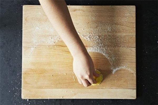 Tẩy trùng cho thớt gỗ: Dùng muối ăn rưới lên mặt thớt rồi lấy một nửa quả chanh chà lên đó. Quả chanh có tác dụng khử mùi và vi khuẩn, còn muối sẽ giúp loại bỏ những vết bẩn cứng đầu.