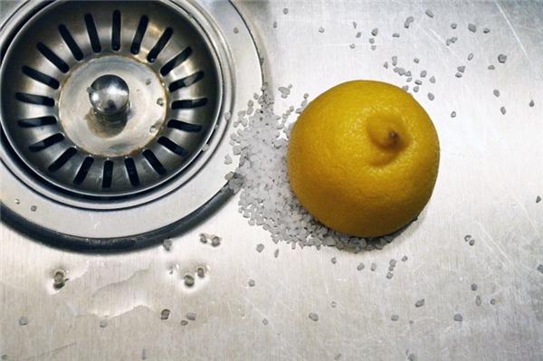Loại bỏ vết gỉ sét trên đồ kim loại: Cắt đôi một quả chanh rồi nhúng vào muối ăn, muối hột thì càng tốt, sau đó chà lên những chỗ bị gỉ, nó sẽ bong ra ngay tức thì.