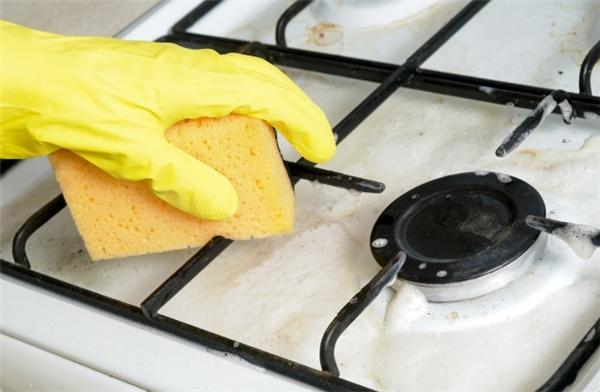 Vệ sinh bếp ga: Pha nước, baking soda và oxy già vào một chiếc tô với tỷ lệ sao cho hỗn hợp trở nên đặc sệt. Phết hỗn hợp này lên trên bếp rồi để yên trong 5-10 phút, sau đó dùng một miếng bọt biển khô hoặc một miếng khăn khô lau sạch là xong.