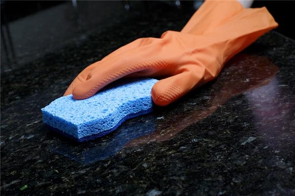 Làm sạch mặt bàn bếp bằng đá granit: Pha hỗn hợp gồm: 2 cốc nước + ¼ cốc cồn + 5-6 giọt nước nửa chén, rồi dùng hỗn hợp này để lau, đảm bảo chúng sẽ sạch rất nhanh.