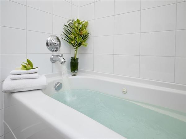 Còn đối với phía trong bồn tắm, ban đầu bạn đổ nước nóng cho đầy bồn, sau đó cho vào một muỗng thuốc tẩy rồi để qua đêm. Bồn tắm sẽ lại trắng sáng như mới.