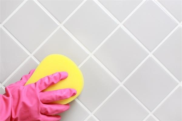 Làm vệ sinh cho sàn nhà lát gạch: Cách đơn giản nhất là lau chùi sàn nhà bằng baking soda.