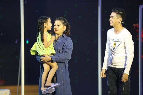 Nữ diễn viên Maika cũng đã một tiết mục ấn tượng mang tên Làm…Cô vào vai một bà mẹ đơn thân, phải nuôi con nhỏ. - Tin sao Viet - Tin tuc sao Viet - Scandal sao Viet - Tin tuc cua Sao - Tin cua Sao