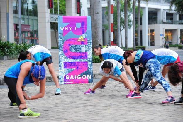 Các thành viên cùng nhau luyện tập khởi động, phần quan trọng nhất khi bắt đầu cuộc chạy.