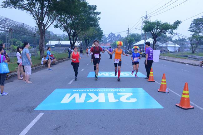 Cả đội hoàn thành xuất sắc cung đường chạy 10km và 21km.