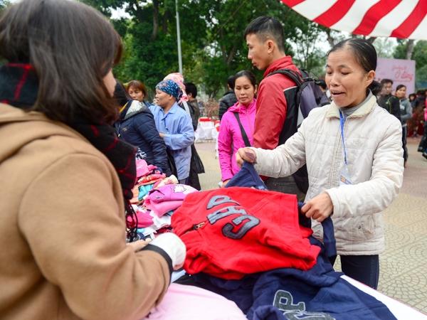 Tất cả các hàng hoá tại chợ đều do các tổ chức, cá nhân có lòng hảo tâm ủng hộ để giúp những người lao động nghèo, người có hoàn cảnh khó khăn đón một cái Tết trọn vẹn.