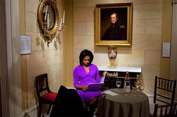 BàMichelle đang nhìn lại bài phát biểu trước cuộc trò chuyệntại Bảo tàng nghệ thuật Metropolitan ở New York vào ngày 18/5/2009.