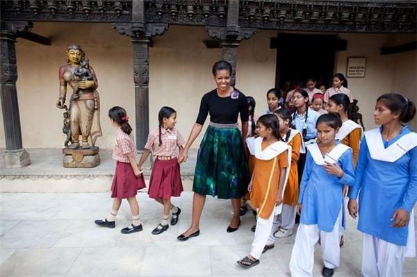 Dắt tay các em nhỏ đến từ cộng đồng thu nhập thấp tham qua Bảo tàng thủ công quốc gia ở New Delhi, Ấn Độ ngày 8/11/2010.
