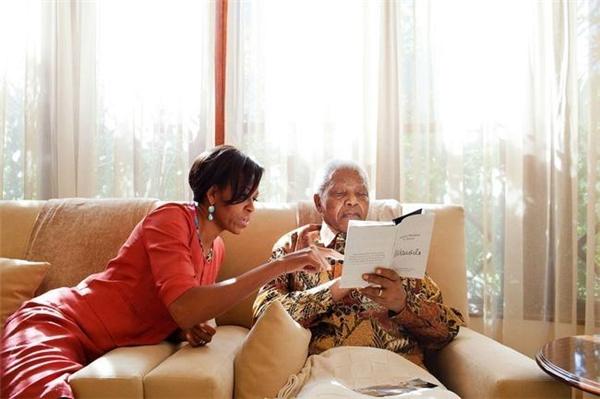 Bà Michelle gặp gỡ Cựu Tổng thống Nam Phi Nelson Mandela tại nhà riêng của ông ởHoughton, ngày 21/6/2011.