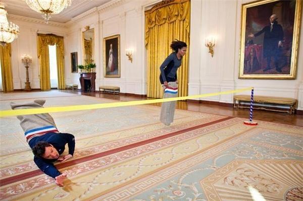 Dù là một trong những người quyền lực nhất thế giới vẫn không ngại thử sức ở trò chơi nhảy bao bố (25/1/2012).