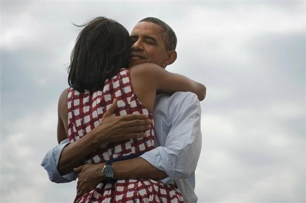 Bức ảnh tình cảm của đôi vợ chồng gây bão mạng xã hội sau khi được đăng tải trênTwitter.