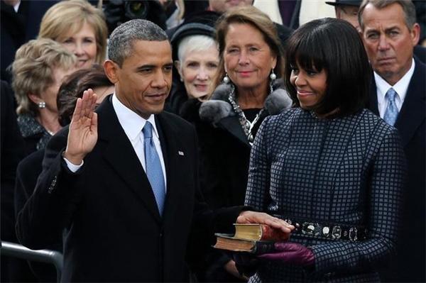 Chứng kiến chồng đọc lời tuyên thệtrong buổi lễ nhậm chức lần 2.